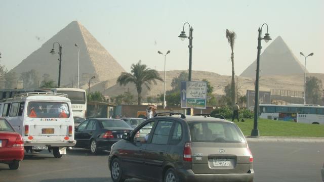 Pirâmides de Gizé na chegada ao Cairo